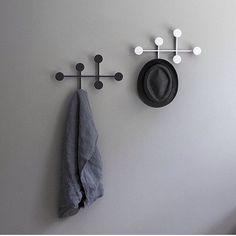 Afteroom Coat Hanger fra Menu en kompakt klesknagg som gir rikelig med oppbevaring i ett stramt og elegant design. Enkel å montere, estetisk vakker å se på! I tillegg er alle skruene gjemt inne i rammen. ✨✨ Finnes i hvit og i svart. ✨#nordiskehjem #inspo #afterroomcoathanger #menuworld #nettbutikk