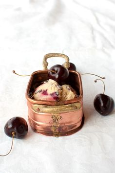 Pane e acqua di rose: Gelato fatto in casa con ricotta, cioccolato e ciliegie (Home made ice cream with ricotta, chocolate and cherries)