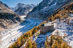 Haute-Savoie : train du Montenvers devant le grand hôtel . Mer de glace.