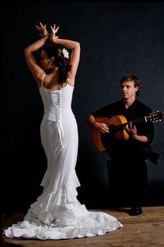 Flamenco dancer so elegant and simple. Line Dance, Dance Art, Dance Music, Tango, Shall We Dance, Just Dance, Spanish Dancer, Kinds Of Dance, Dance Images