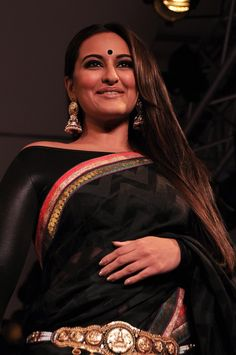 Bollywood actress, Sonakshi Sinha walks for fashion designer Rajguru's creation... Black saree with gold jewelry....she looks great here :)