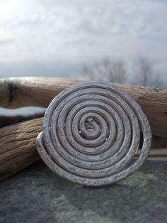 Bague réglable Fil alu argenté martelé : Bague par rachel-creations-bijoux