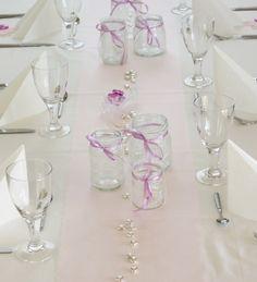 Bryllupsdekking med hjemmelaga te-lysholdere. www.pynttilfest.no