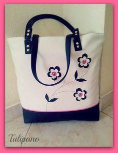 Szaladgálós nagy táska virágokkal fehér-fekete-pink. Táskák ... ee648f5aef
