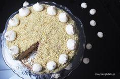 Tort orzechowo-kawowy Biszkopt ziemniaczano-orzechowy Składniki: – 6 jajek – 200g mąki ziemniaczanej – 50g tartych orzechów włoskich – 3/4 szklanki cukru kryształu – 2 łyżeczki proszku do pieczenia
