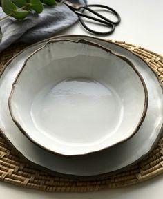 Djup mattallrik i grålera med vit glasyr, bredd 19cm, höjd 7cm, varierar i form och storlek #PotteryClasses