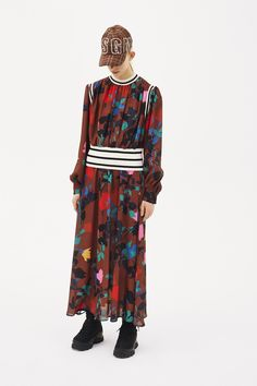 The complete MSGM Pre-Fall 2018 fashion show now on Vogue Runway. The complete MSGM Pre-Fall 2018 fashion show now on Fashion Games, Fashion News, Kids Fashion, Women's Fashion, Silhouettes, Kids Clothes Sale, Autumn Fashion 2018, Fashion Show Collection, Msgm