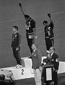 Mexico '68: Tommie Smith con John Norman Carlos, medaglie d'oro e di bronzo nei 200 metri, senza scarpe sul podio alzano il pugno in segno di protesta contro il razzismo