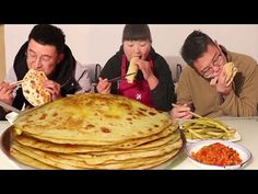 Street food-egg pancakes, with pickles, too fragrant! [Sister of North Shaanxi] Egg Pie, Asian Street Food, Pancakes And Waffles, Chinese Food, Crepes, Sandwiches, Eggs, Cooking, Breakfast