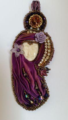 ciondolo con seta shibori, faccina intagliata su corno, cristalli swarovski, perle e perline : Ciondoli di giujoux