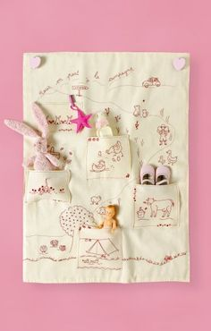 Storage panel embroidered with baby farm animals in the country starting in with pockets to store toys French Kids, French Baby, Embroidery Needles, Embroidery Applique, Bebe Love, Sewing Crafts, Sewing Projects, Baby Farm Animals, Diy Bebe