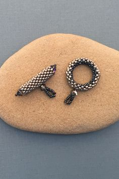 Beaded clasp made using peyote stitch - very detailed tutorial with pictures!