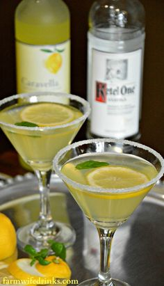 Moscow mule wine and glue A Lemon Drop Martini is sweet and tart with lots of lemony flavors. The addition. A Lemon Drop Martini is sweet and tart with lots of lemony flavors. The addition of limoncello helps make this lemon drop martini recipe perfect. Holiday Drinks, Summer Drinks, Cocktail Drinks, Fun Drinks, Alcoholic Drinks, Lemonade Cocktail, Summer Martinis, Aperitif Drinks, Holiday Punch