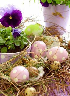 Centro de mesa de Páscoa decorado com flores, ovos e palhas | Eu Decoro