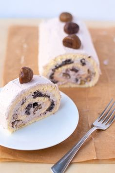 A Japanese style rolled sponge cake filled with sweet red bean paste, red bean whipped cream, and chestnut pieces. Asian Desserts, Just Desserts, Red Bean Cake Recipe, Sweet Recipes, Cake Recipes, Mini Cakes, Roll Cakes, Cake Rolls, Making Sweets