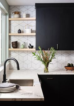 Fashionhome - home How to: Design a Scandinavian-Inspired K. - Fashionhome – home How to: Design a Scandinavian-Inspired Kitchen Small Cottage Kitchen, Home Decor Kitchen, Kitchen Interior, New Kitchen, Home Kitchens, Natural Kitchen, Kitchen Black, Glass Kitchen, Dream Kitchens