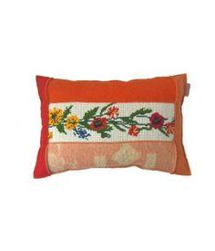kussen bekleed met wollen dekens en een vintage borduurwerk in rode en oranje tinten. De achterkant is een marinewollen deken met rode streep. Afmeting van dit kussen is 40-60 cm. De prijs is inclusief stevig binnenkussen. Ik maak ze ook op bestellin...