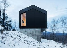 A country house is located on the top of a sloped land surrounded by a forest in Bolton East, Quebec, Canada. The architecture studio Nature Humaine designed the project having in mind the client's special request of a house in perfec Architecture Résidentielle, Winter Cabin, Cozy Winter, Gable Roof, Mountain Homes, Minimalist Home, Minimalist Interior, Minimalist Bedroom, Quebec