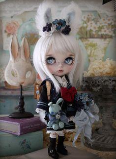 Custom White Rabbit Blythe by Milk Tea Ooak Dolls, Blythe Dolls, Girl Dolls, Gothic Dolls, Halloween Doll, Creepy Dolls, Little Doll, Doll Repaint, Milk Tea
