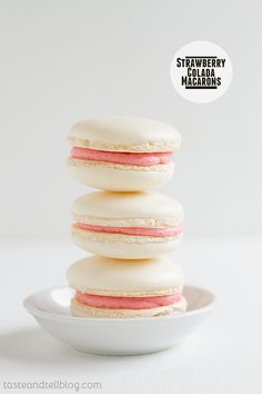 My mom gave me a macaron baking sheet. Strawberry Colada Macarons on Taste and Tell Cookie Desserts, Just Desserts, Cookie Recipes, Dessert Recipes, Strawberry Colada, Strawberry Recipes, Macarons, Cake Cookies, Cupcake Cakes