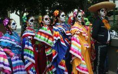 La #celebracion del #DiaDeLosMuertos, llena de colores y de ritmos, mezcla herencias de la mítica cultura #azteca con la influencias del cristianismo.