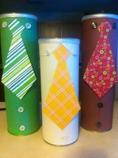 I just made these up with a Pringles can, color paper a. - Father's Day Gift Tubes. I just made these up with a Pringles can, color paper and buttons. Fathers Day Art, Fathers Day Crafts, Crafts For Kids, Arts And Crafts, Paper Crafts, Diy Pour Enfants, Cadeau Parents, Pringles Can, Pringles Dose