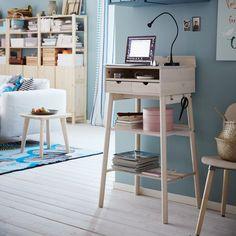 Un mini bureau design, IKEA. Très étroit, ce tout petit bureau ne prend vraiment pas de place. Assez haut, il est doté d'étagères, tiroirs et autres compartiments de rangement très pratiques.