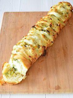 Plukbrood met pesto en mozzarella - Stokbrood insnijden, besmeren met pesto dunne plakjes mozarella erin en dan: 15 min op 220 graden