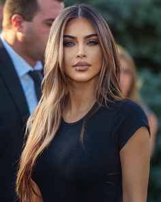 Kim with light brown hair 😍🔥. Kim Kardashian Cabelo, Look Kim Kardashian, Kim Kardashian Hairstyles, Kardashian Wedding, Kim Kardashian Highlights, Kardashian Nails, Brown Hair With Highlights, Brown To Blonde, Blonde Ombre