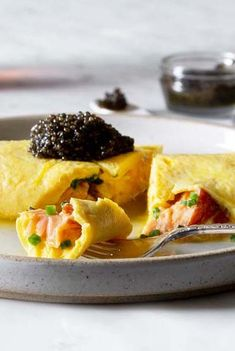A recipe video for a French-style omelette with smoked salmon and caviar, by Daniel Boulud. Learn the techniques you need to know to make a perfect French omelette! French Omelette, Breakfast Omelette, Chef Recipes, Low Carb Recipes, Smoked Salmon Omelette, 5 Ingredient Recipes, Food Challenge, French Food, Food Videos