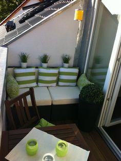 wundersch ner kleiner balkon mit rundem tisch und eckbank gl cklich wohnen pinterest. Black Bedroom Furniture Sets. Home Design Ideas