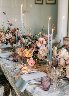 Royal Decadence Wedding Inspiration wedding table settings Old World Romance Meets Modern Style in this Royally Decadent Bridal Inspiration - Green Wedding Shoes Romantic Wedding Decor, Quirky Wedding, Trendy Wedding, Decoration Table, Diy Wedding Table Decorations, Wedding Flower Centerpieces, Wedding Floral Arrangements, Centerpiece Ideas, Table Setting Wedding