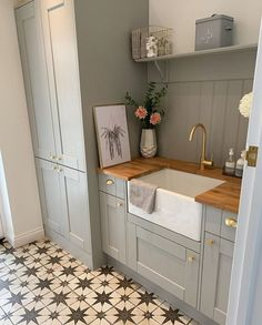 How's this for a stylish utility room - Coin Son Dakika Boot Room Utility, Small Utility Room, Home Kitchens, House Styles, Kitchen Design, Kitchen Utilities, Utility Room, Home Decor Kitchen, Utility Rooms
