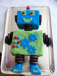 Gateau robot avec une base de gateau au chocolat (chocolat mud cake : recette australienne), pate à sucre et Oreo Leo Birthday, Birthday Cake, Oreo, Robot Cake, Taco Party, Plum Cake, Biscuit Cake, Cakes For Boys, Birthday Candles