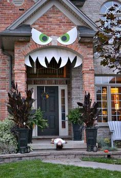 la terrifiante dcoration halloween pour la porte dentre halloween house and halloween parties