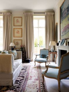 An elegant and airy London apartment by Hugh Henry is part of Elegant home decor A Hugh Henry London apartment that brings harmony to the owner& diverse collection of art, ceramics and furniture - Country Furniture, Living Room Furniture, Living Room Decor, Elegant Home Decor, Elegant Homes, Home Decor Bedroom, Diy Home Decor, Bedroom Sets, French Country Living Room