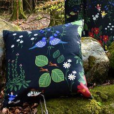 Piristä sohvasi tai suosikkinojatuolisi tällä upealla himlajorden-tyynynpäällisellä. Kuosin on suunnitellut Louise Videlyck ja tyynynpäällisen valmistaa Arvidssons Textil. Kuosi on saanut inspiraationsa Evert Tauben kuuluisasta Änglamark-laulusta ja se kuvaa luontoa ja sen kauneutta. Valitse eri värejä.