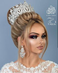 Bild könnte enthalten: 1 Person, Nahaufnahme Wedding Hairstyles With Crown, Formal Hairstyles For Long Hair, Hairdo Wedding, Elegant Wedding Hair, Hair Comb Wedding, Long Hair Styles, Evening Hairstyles, Doll Eye Makeup, Barbie Makeup