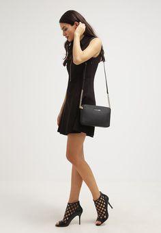 Hippe Umhängetasche, die jedes Outfit aufwertet! MICHAEL Michael Kors JET SET TRAVEL - Umhängetasche - black für 149,95 € (06.01.17) versandkostenfrei bei Zalando bestellen.