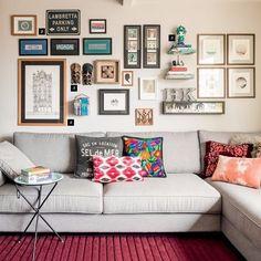 """1,138 curtidas, 1 comentários - Casa.com.br (@casacombr) no Instagram: """"Um painel de recordações. É assim que Helena Kallas define sua parede repleta de quadros, máscaras,…"""""""