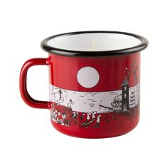 Red small enamel mug with the Moomins and the Moominhouse. Brighten your darkening nights with a lovely Moomin candle inside this beautiful enamel mug. The mug is exclusively sold with a candle inside, this is a must-have for all collector's! Muurla combines design with durability in this Moomin enamel mug.Punainen pienempi Muumilaakso kynttilä-emalimuki värityksellä. Valaise pimeneviä iltoja tällä kauniilla kynttilällä emalimukin sisällä. Tämä muki on ainoastaan saatavilla kynttilän…