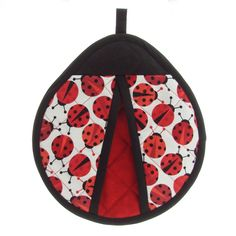 The Ladybug Pot Grabber that looks like a Ladybug is made out of a quilted Ladybug fabric with red and black accents. Sewing Art, Sewing Crafts, Sewing Patterns, Apron Patterns, Dress Patterns, Ladybug Crafts, Quilted Potholders, Mug Rugs, Sewing Projects For Beginners