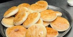 Hallullas are a popular Chilean bread, perfect for ham and cheese sandwiches. This recipe makes 16 golden, puffy rolls. Chilean Bread Recipe, Chilean Recipes, Chilean Food, Italian Recipes, Pastry Recipes, Bread Recipes, Ham And Cheese, Hot Dog Buns, Food To Make