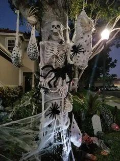 Diy Halloween Door Decorations, Halloween Party Decor, Halloween House, Halloween Diy, Halloween Themes, Halloween Costume With Dog, Halloween Decorating Ideas, Creepy Halloween Props, Voodoo Halloween