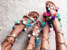 Schuhe mit Pom Poms überfluten gerade die sozialen Kanäle. Oft sind die Sandalen oder Schnürschuhe mit Bommeln unverhältnismäßig teuer. Wir zeigen euch, wie ihr sie ganz einfach und günstig selber machen könnt.