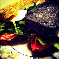 炭パン恰好いい+。:(b゚3゚)b ゚:。 パンも作られたんですか?! - 15件のもぐもぐ - サラミと卵のサンドイッチ 炭パンとほうれん草パン by tayuko