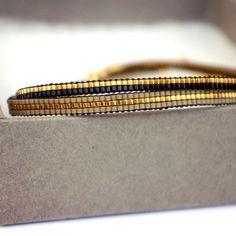 Ensemble de 2 bracelets faits à la main. Tous les bracelets sont faits avec des perles Miyuki, ceux-ci sont fabriqués à partir de la plus petite taille perles Mt. 15. Perles Miyuki sont de haute qualité et le bracelet est fini avec un fermoir plaqué or. Cette liste est pour 2 bracelets de tissage. Longueur : Vous pouvez prendre un bracelet bien raccord et ces mesure pour déterminer la bonne taille de votre bracelet. Les bracelets sont faits sur mesure et ne contenant aucune chaîne dextens...