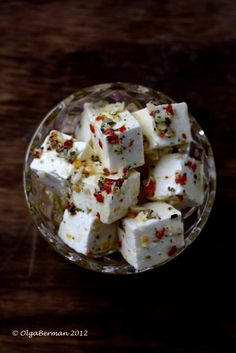 Marinated Feta (1) From: Mango & Tomato (2) Webpage has a convenient Pin It Button Yummy Appetizers, Appetizer Dips, Appetizers For Party, Appetizer Recipes, Hors D Oeuvre, Finger Foods, Greek Cheese, Wine Night, Cheese Cubes