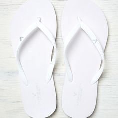 AEO Flip Flop ($7.99) ❤ liked on Polyvore featuring shoes, sandals, flip flops, white, rubber flip flops, american eagle outfitters shoes, white sandals, white flip flops and white shoes