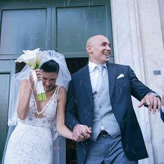 Sergio #Parisse, capitano della #Nazionale italiana di #rugby, e Silvia Bragazzi, si sono sposati a Roma. Lei in abito di Inbal Dror, lui con un mezzo tight firmato Armani.